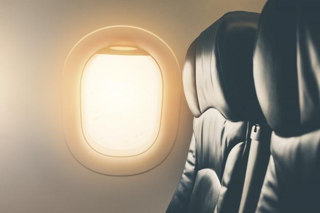 Vista de janela de avião de assento vazio dentro de uma aeronave de perto