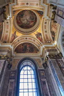 Vista de janela e pintura na catedral de santo isaac.