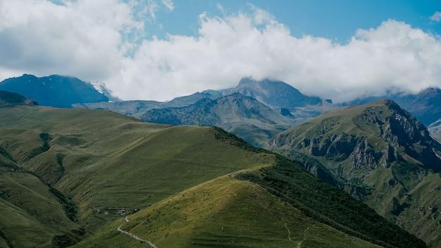 Vista de kazbegi, geórgia. fundo de bela montanha natural. verão