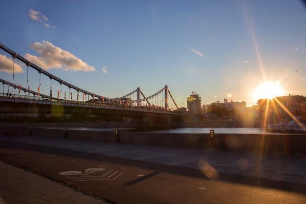 Vista, de, krymsky, ponte, através, a, moskva, rio, em, pôr do sol
