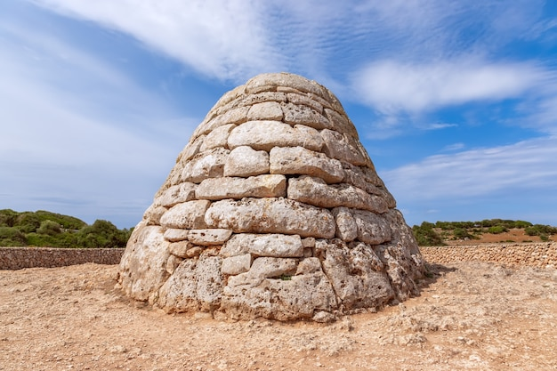 Vista de la naveta des tudons - o mais famoso dos sítios megalíticos de menorca.