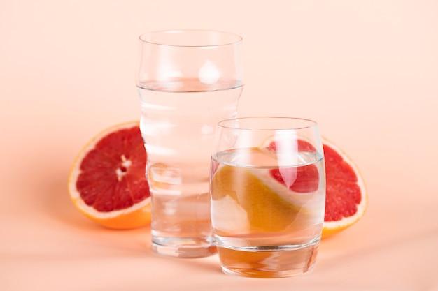 Vista de laranja vermelha e copos de água