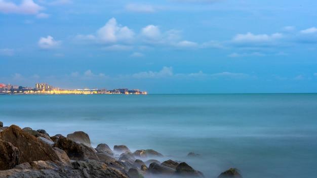 Vista de longa exposição do mar e da cidade de sochi, rússia