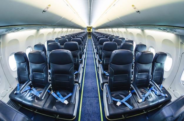 Vista de luz de avião dentro de assentos de passageiros.