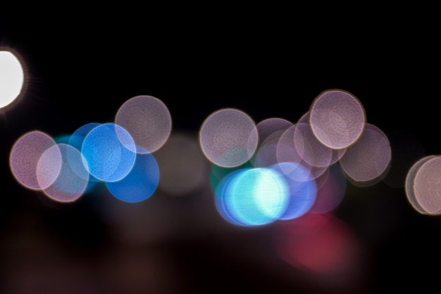 Vista de luzes defused coloridas da cidade do bokeh.