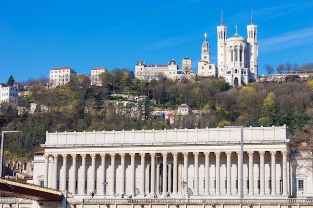 Vista de lyon com a catedral e o tribunal, frança, europa.