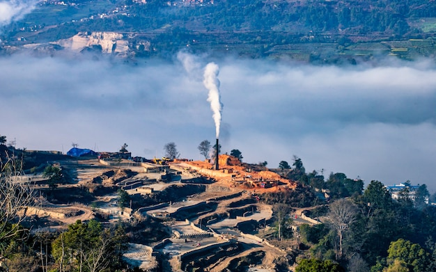 Vista de manhã de facotry chaminé de tijolos em kathmandu, nepal,
