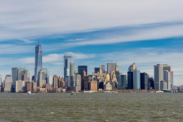 Vista, de, manhattan, centro cidade, de, balsa, com, nuvem, céu azul, fundo