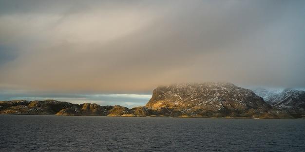 Vista, de, mar, e, montanha, contra, céu nublado, nordland, noruega