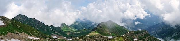 Vista de montanhas cobertas de neve e céu nublado em sochi