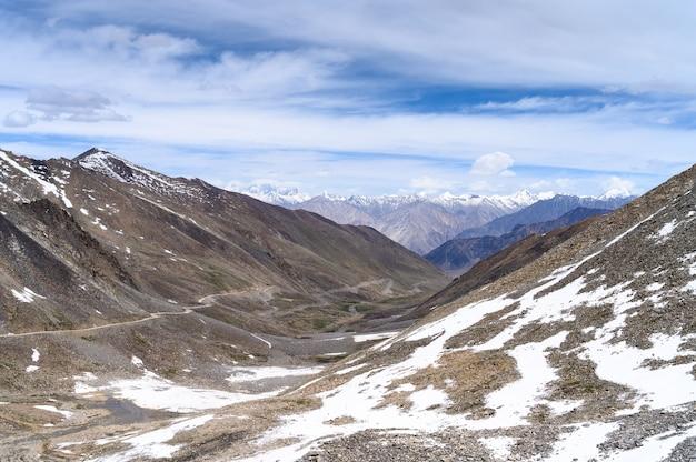 Vista de montanhas nevadas na índia