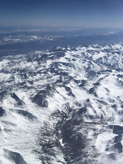 Vista de montanhas nevadas