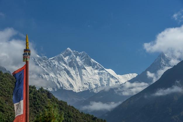 Vista, de, monte, everest, e, nuptse, com, budista, oração, bandeiras, de, kala, patthar, em, a, nepal