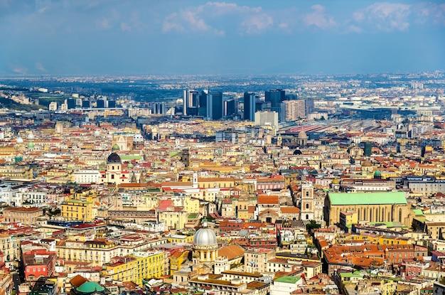 Vista de nápoles em direção ao centro direzionale e napoli centrale - itália