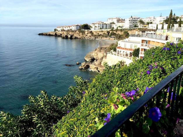 Vista de nerja e do mar. espanha.