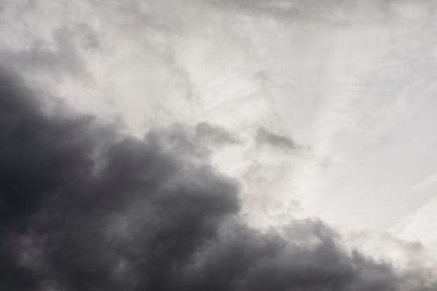 Vista de nuvens de baixo ângulo à beira-mar