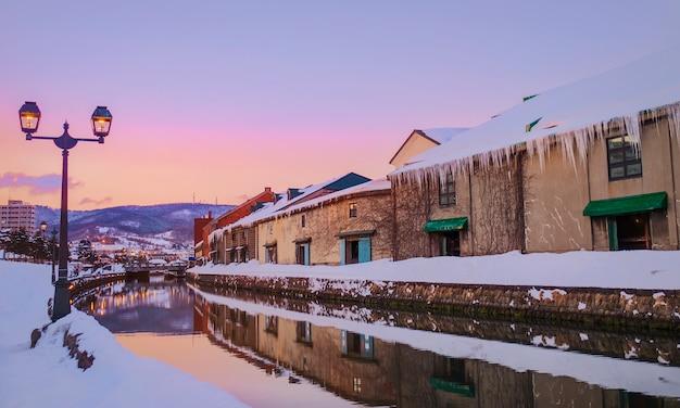 Vista de otaru canel na estação do inverno com o por do sol, hokkaido - japão.