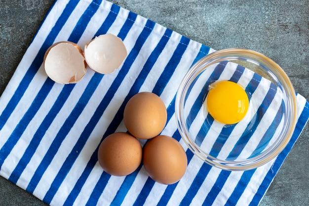 Vista de ovos crus, com suas cascas
