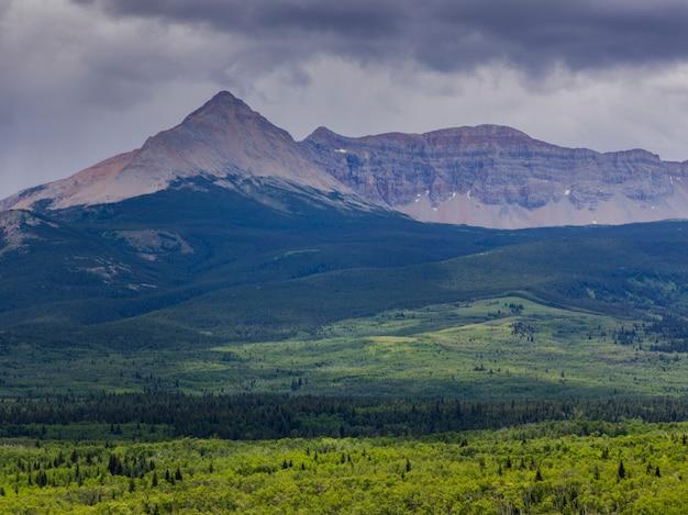 Vista, de, paisagem, com, alcance montanha, em, a, fundo, parque nacional geleira, condado glacier, mont