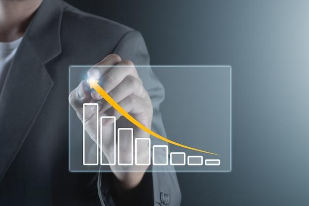 Vista de peito do empresário desenhando com o gráfico de aumento da caneta