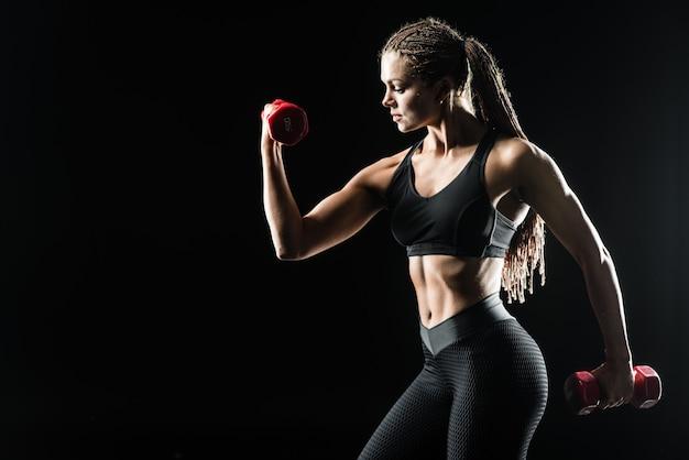 Vista de perfil de linda garota atlética exercitando. conceito de fitness