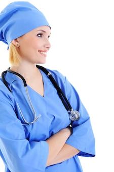Vista de perfil de médica bem-sucedida com estetoscópio em uniforme azul