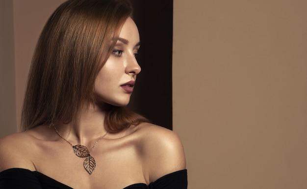 Vista de perfil de menina bonita, olhando para a esquerda com espaço de cópia