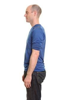Vista de perfil de um homem careca branco em pé