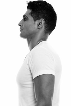 Vista de perfil de um jovem persa musculoso