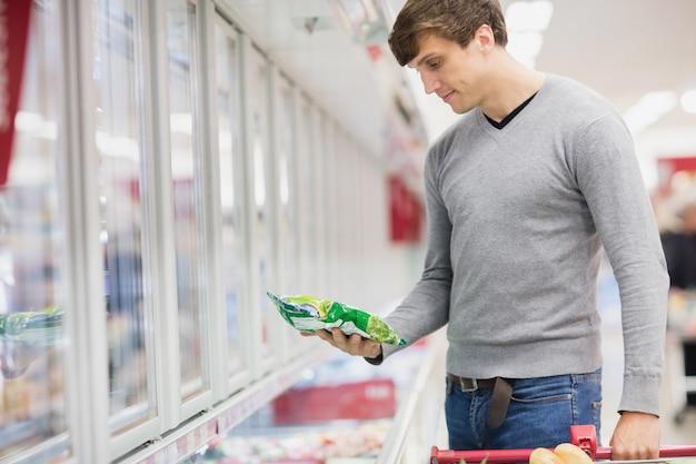 Vista de perfil do homem comprando produto