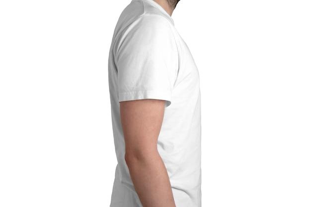 Vista de perfil do modelo de camiseta branca