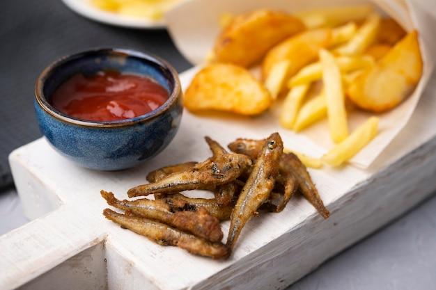 Vista de perto de deliciosa comida de peixe com batatas fritas