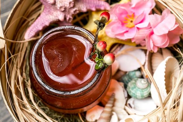 Vista de perto do coquetel em jar colocado na caixa com conchas e estrelas do mar
