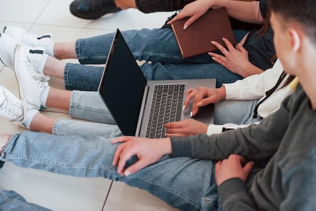 Vista de perto. grupo de jovens com roupas casuais, trabalhando em um escritório moderno