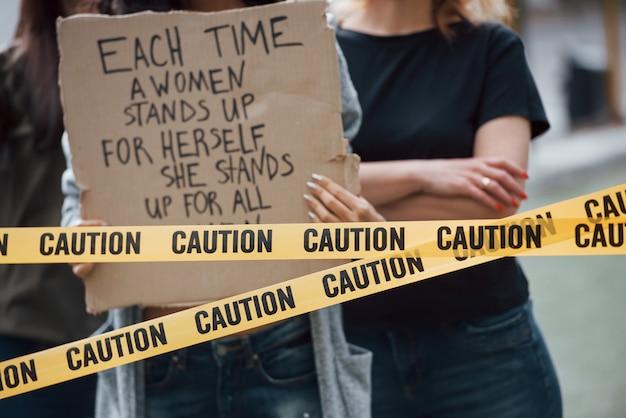 Vista de perto. grupo de mulheres feministas protestam por seus direitos ao ar livre