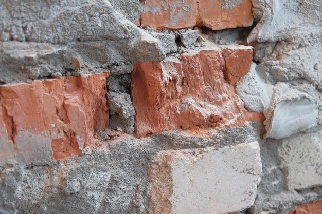 Vista de perto. para a velha parede de tijolos danificados. plano de fundo texturizado abstrato.