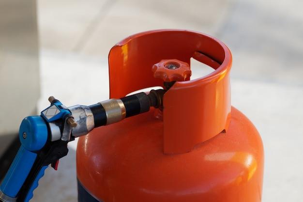Vista de perto. reenchendo o cilindro de gás em um posto de gasolina. república dominicana.