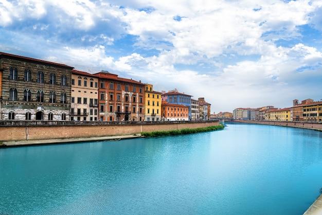 Vista de pisa, rio arno, lungarno. exposição longa. toscana, itália, europa.