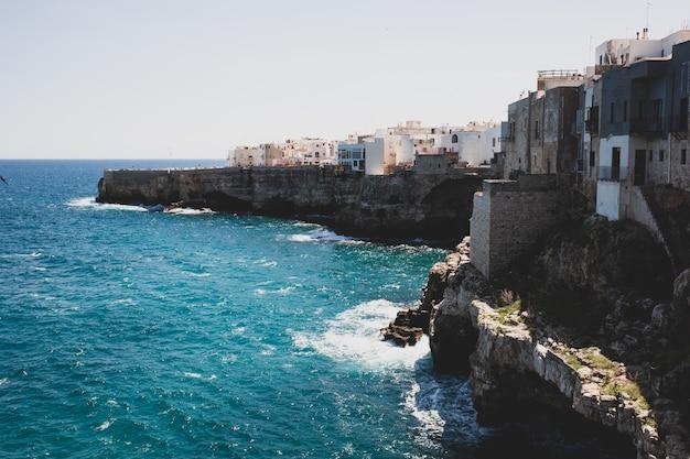Vista de polignano uma égua, pequena cidade pitoresca nas falésias do mar adriático