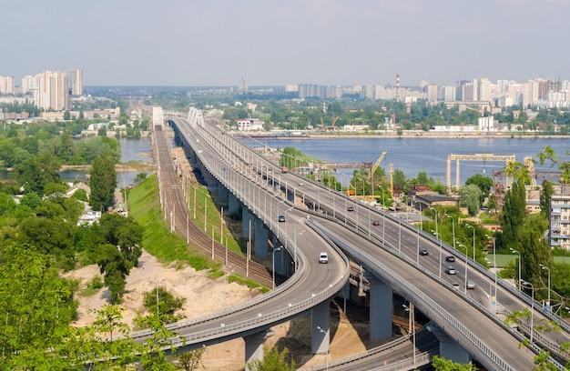 Vista de pontes rodoviárias e ferroviárias em uma colina sobre o rio dnieper