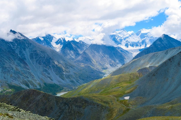 Vista de prados de montanha pitoresca do vale de akkem e rio akkem, montanhas de altai, rússia