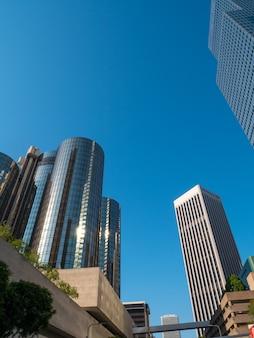 Vista de prédios de escritórios no centro de los angeles com céu azul.
