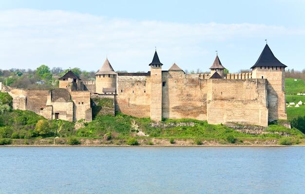 Vista de primavera da fortaleza khotyn na margem do rio dniester