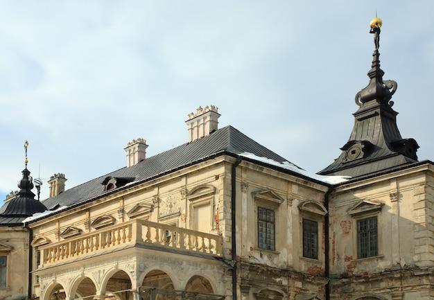 Vista de primavera do antigo castelo pidhirtsi (ucrânia, região de lvivska, construído em 1635-1640 por ordem do polonês hetman stanislaw koniecpolski)
