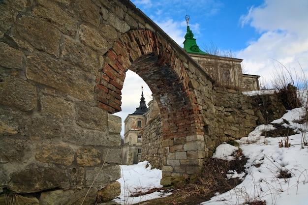 Vista de primavera do antigo castelo pidhirtsi