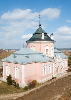 Vista de primavera do antigo castelo zolochiv (ucrânia, região de lviv, estilo holandês, construído em 1634-36 por jakub sobieski)