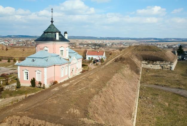 Vista de primavera do antigo castelo zolochiv