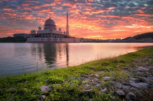 Vista de putra mosque ao nascer do sol, putrajaya, malásia