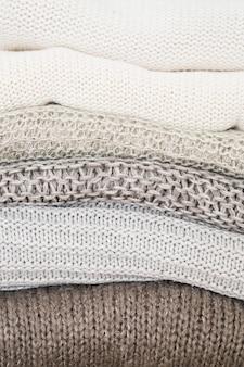 Vista de quadro completo de camisolas empilhadas