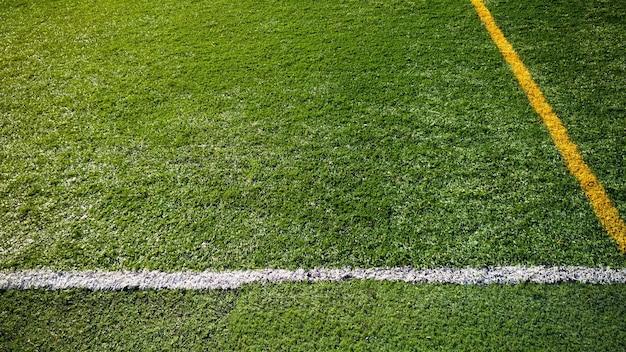 Vista de quadro completo de um gramado de futebol com linhas pintadas com espaço de cópia.